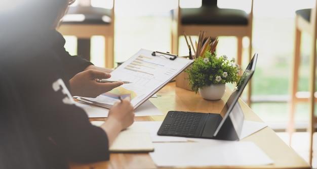 Zespół firmy omawianie ich planu przed spotkaniem
