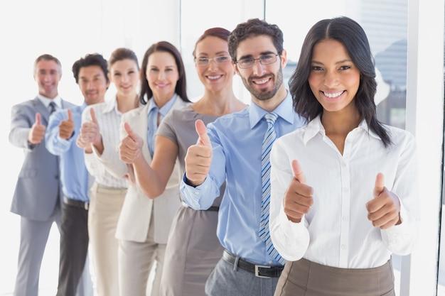 Zespół firmy podając kciuki