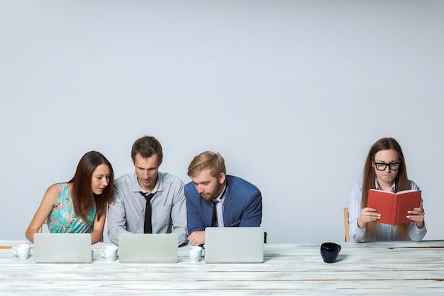 Zespół firmy pracuje nad projektem razem w biurze