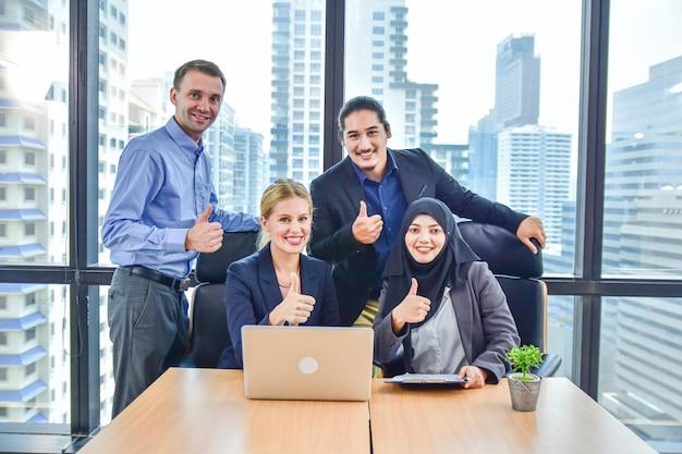 Zespół firmy pracuje w biurze marketingu sukces