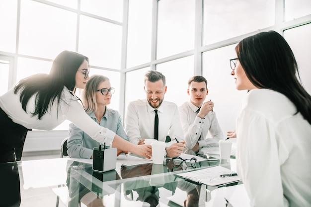 Zespół firmy w miejscu pracy w biurze. biuro w dni powszednie
