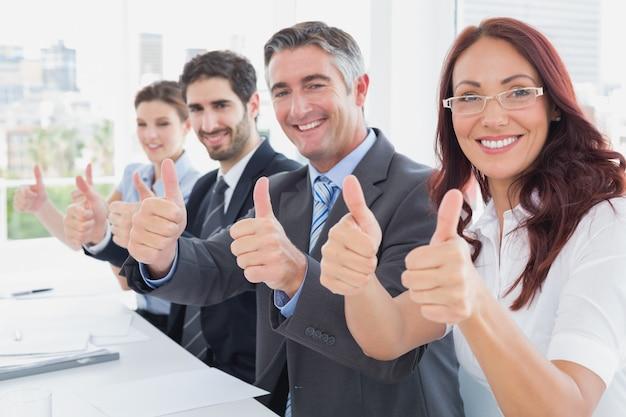 Zespół firmy wszystkie daje kciuk do góry w pracy