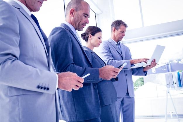 Zespół firmy za pomocą swoich urządzeń multimedialnych