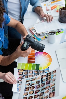Zespół fotografów pracujących razem przy biurku