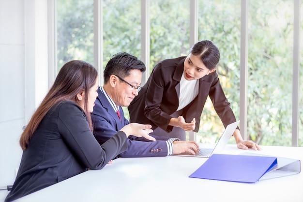 Zespół i kierownik działu korporacyjnego omawiają i dzielą się pomysłami na spotkaniu.