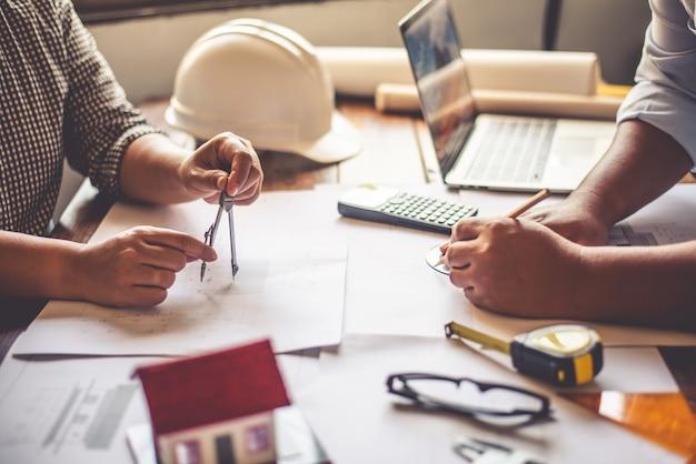 Zespół inżynierów pracujących razem w biurze architektonicznym.