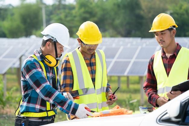 Zespół inżynierów pracujących w elektrowni słonecznej, inżynierowie przeprowadzili testy wydajności w zewnętrznych elektrowniach fotowoltaicznych.