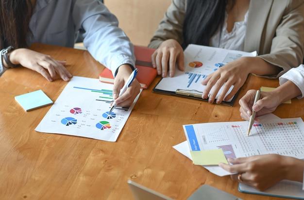 Zespół kadry kobiet podsumowuje budżet rocznej prezentacji wykonawczej.