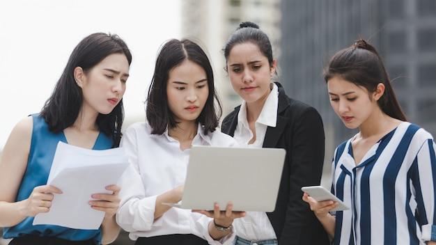 Zespół kobiet biznesu z poważnymi zmęczonymi bezrobotnymi bezrobotnymi na zewnątrz