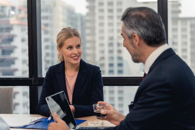Zespół korporacyjny i kierownik w spotkaniu. młody zespół współpracowników robi świetne rozmowy biznesowe w nowoczesnym biurze coworkingowym. koncepcja ludzi pracy zespołowej