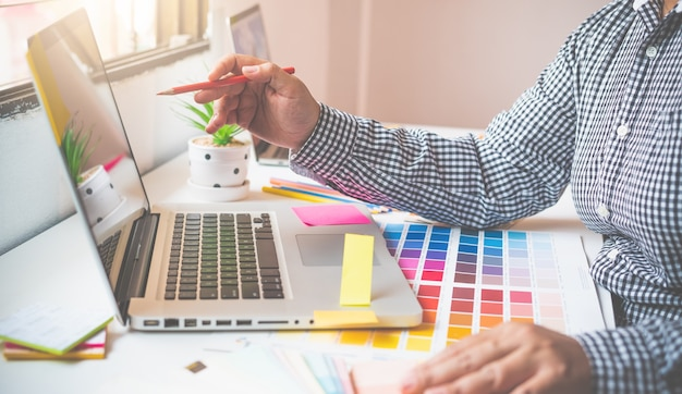 Zespół kreatywny projektanta graficznego pracuje obecnie nad projektem i doborem kolorów do wzorca kolorystycznego do projektowania reklamowego. .