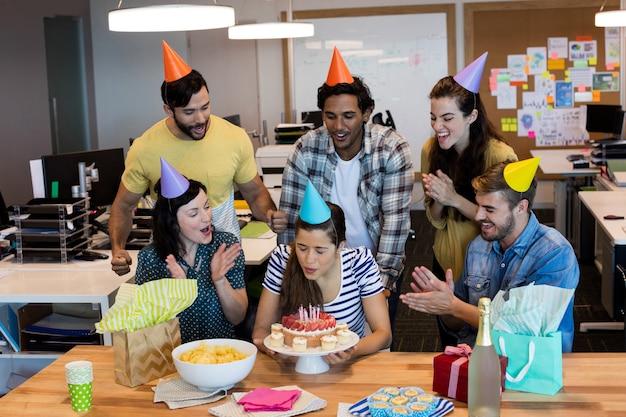 Zespół kreatywnych firm obchodzi urodziny kolegów w biurze