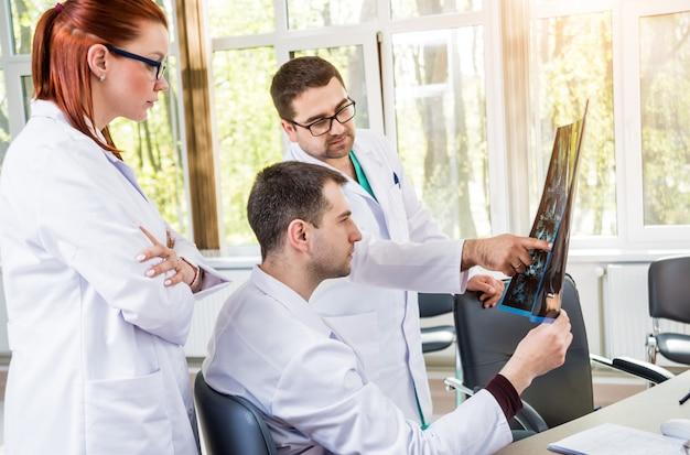 Zespół lekarzy posiadający radę lekarską w szpitalu. omawianie zagadnień medycznych.