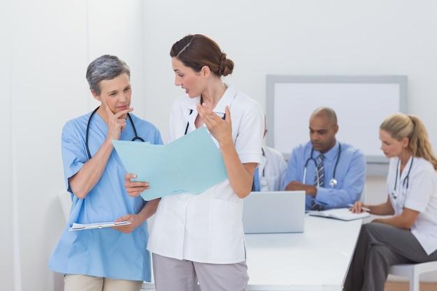 Zespół lekarzy pracujących nad swoimi plikami