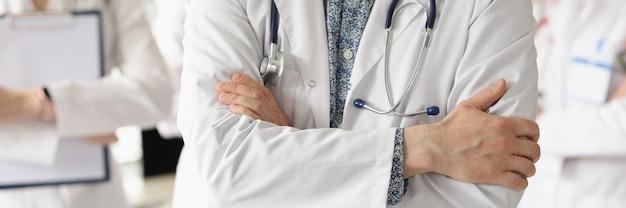 Zespół lekarzy stoi w gabinecie lekarskim