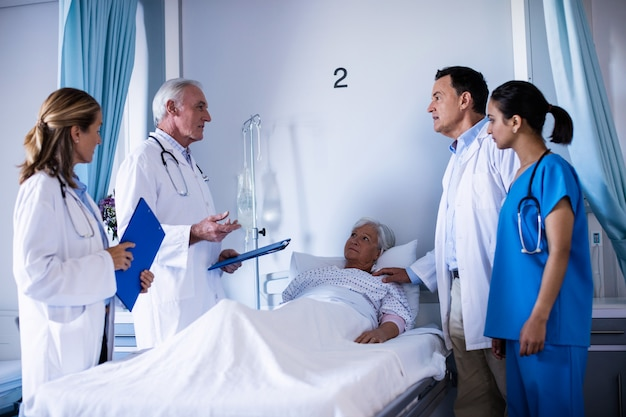 Zespół lekarzy wchodzących w interakcje ze sobą