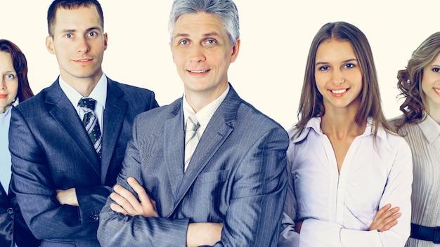 Zespół ludzi biznesu stoi sobie nawzajem, uśmiechając się i pozując dla nich