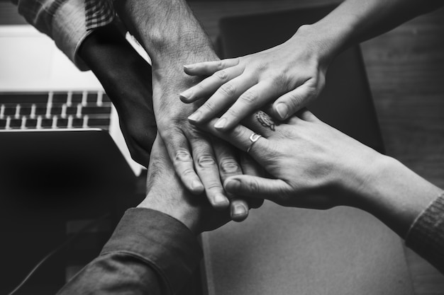 Zespół ludzi biznesu układanie rąk