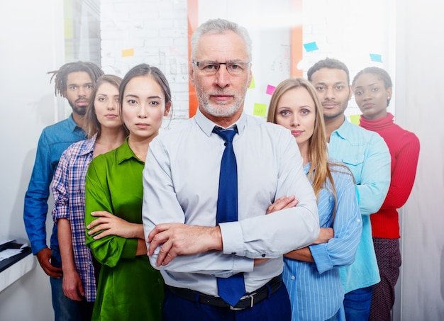 Zespół ludzi biznesu w biurze patrzy daleko w przyszłość wizja pracy zespołowej rozpoczęcie koncepcji partnerstwa