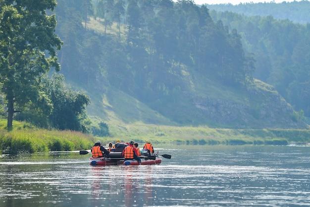 Zespół ludzi spływa po rzece katamaranem nadmuchiwanym, rosja, baszkiria, rzeka ay