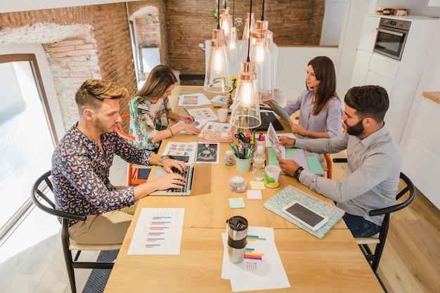 Zespół ludzi w procesie pracy