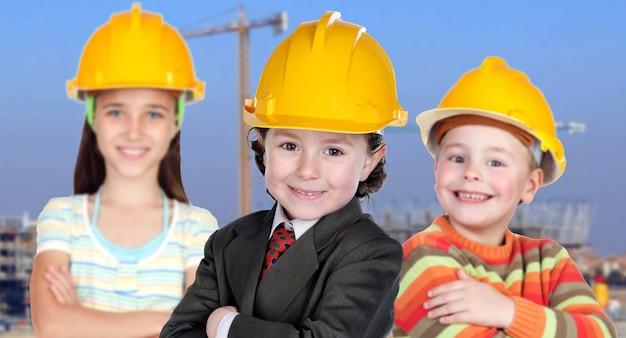 Zespół małych pracowników na budowie