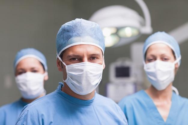 Zespół medyczny patrząc na kamery