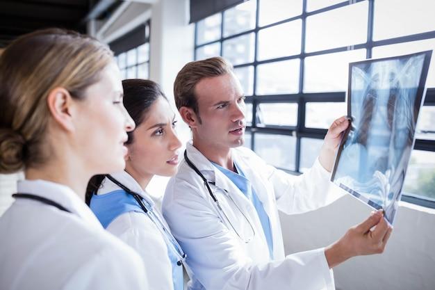 Zespół medyczny patrzeje promieniowanie rentgenowskie wpólnie przy szpitalem