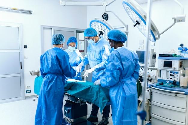 Zespół medyczny pilnie wykonujący operację i pomagający pacjentowi na sali operacyjnej w szpitalu