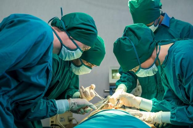 Zespół medyczny robi operację, aby uratować życie w sali operacyjnej w szpitalu, chirurgii, medycynie i ludziach.