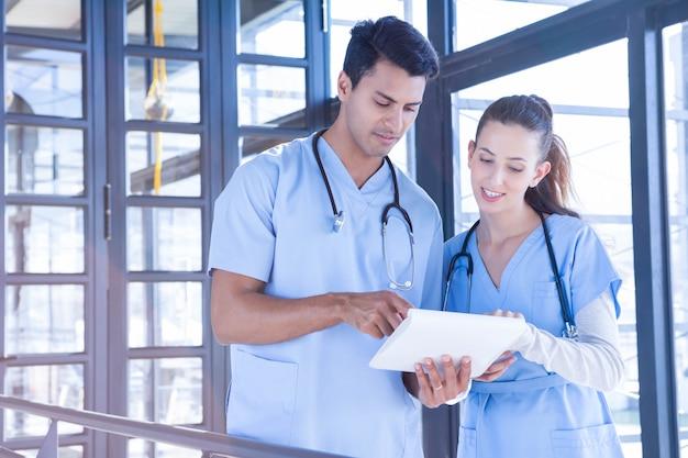 Zespół medyczny stoi i opowiada przy szpitalem