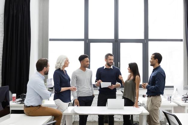 Zespół menedżerów biznesowych pracujących z nowym projektem startupowym