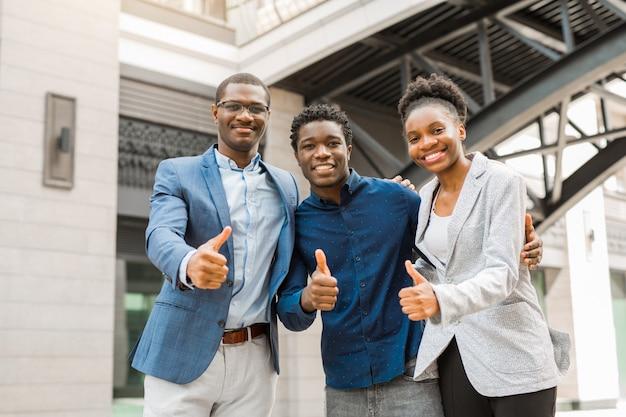 Zespół młodych afrykańskich ludzi mężczyzn i kobiet