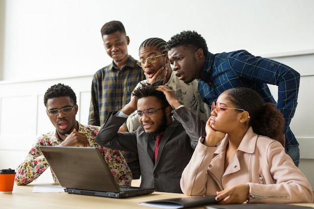 Zespół młodych afrykańskich ludzi w biurze