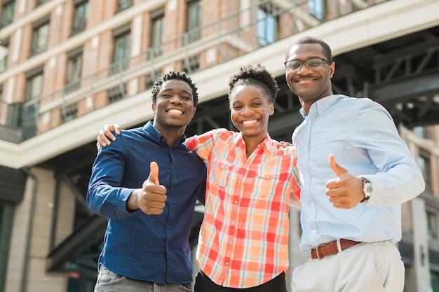 Zespół młodych afrykańskich mężczyzn i kobiet