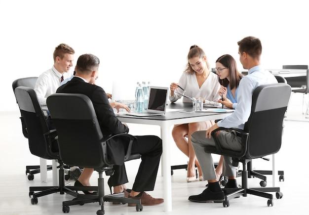 Zespół młodych konsultantów na spotkaniu biznesowym w biurze
