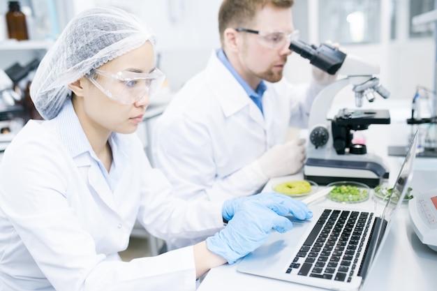 Zespół młodych naukowców pracujących w laboratorium