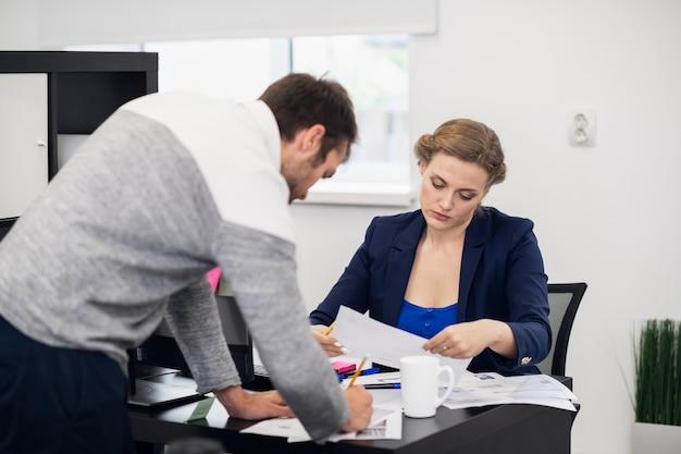 Zespół młodych pracowników biurowych ciężko pracujących w biurze