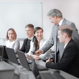 Zespół młodych profesjonalistów na szkoleniu w centrum techno