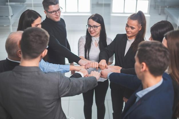 Zespół młodych profesjonalistów stojących w kręgu