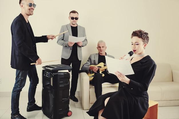Zespół muzyczny ćwiczący nową piosenkę