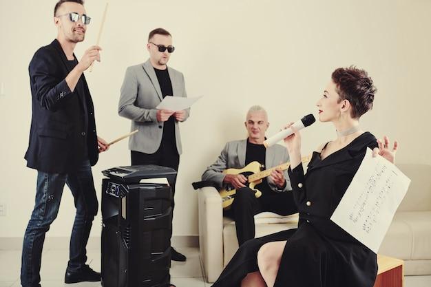 Zespół muzyczny ćwiczy nową piosenkę