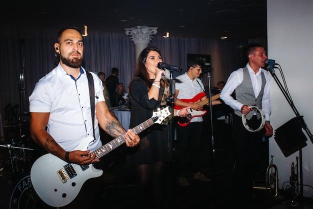 Zespół muzyczny, zespół, na scenie w jasnych promieniach