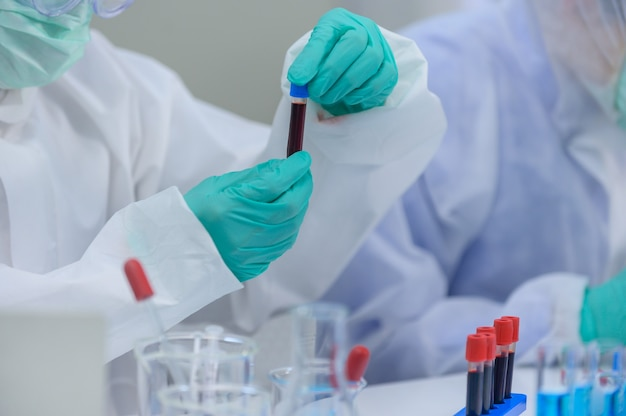 Zespół naukowców bada w laboratorium lekarstwo na koronawirusa. asian doctor pracujący nad szczepionką przeciwko infekcji wirusowej.