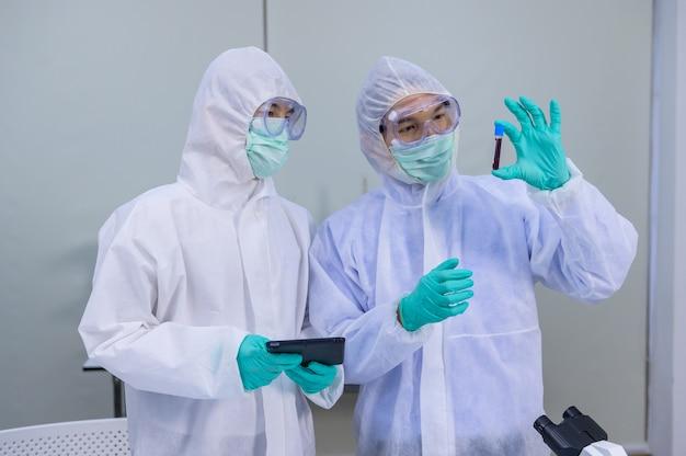 Zespół naukowców badający lekarstwo na koronawirusa w laboratorium. asian doctor pracujący nad szczepionką przeciwko infekcji wirusowej.