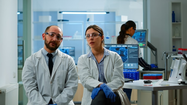 Zespół naukowców patrzący na wirtualny wyświetlacz z ekranem dotykowym, wirtualna rzeczywistość wykorzystująca innowację medyczną w laboratorium, gestykulujący. naukowcy pracujący ze sprzętem urządzenie, przyszłość, opieka zdrowotna, wizja, si