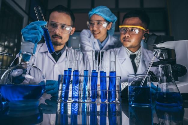 Zespół naukowców pracuje w laboratorium