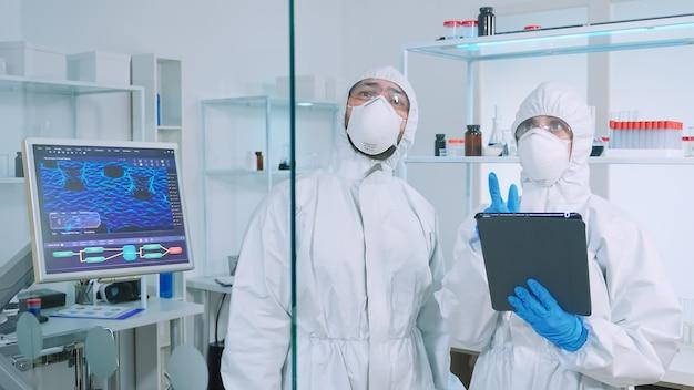 Zespół naukowców w kombinezonie chemicznym pracujący w nowocześnie wyposażonym laboratorium chemii wykorzystującym wirtualną rzeczywistość. lekarze badający ewolucję szczepionek za pomocą zaawansowanych technologicznie badań diagnostycznych przeciwko wirusowi covid19