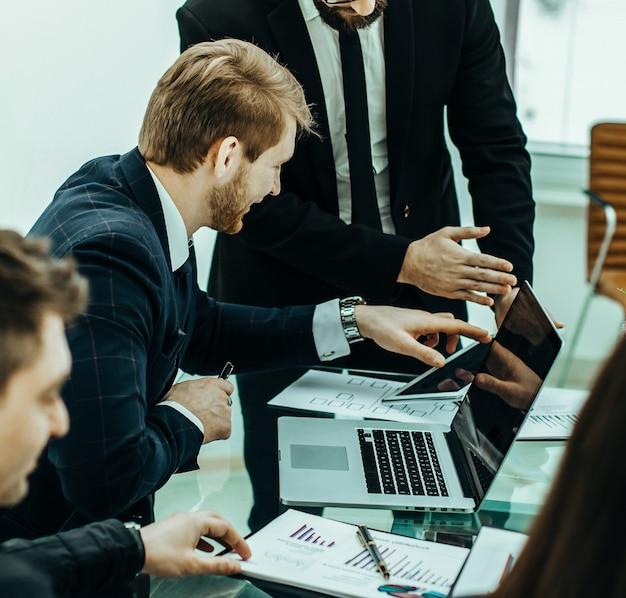 Zespół odnoszący sukcesy biznesowy omawiający nowy plan finansowy firmy w miejscu pracy w biurze