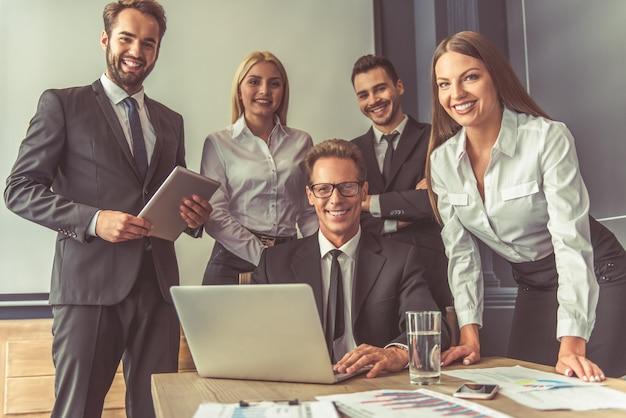 Zespół odnoszący sukcesy w biznesie używa gadżetów.
